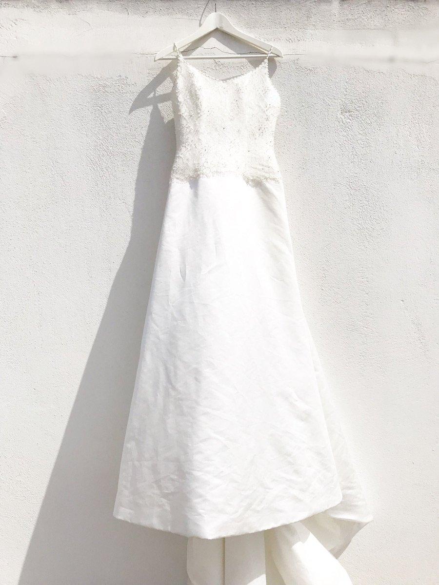 Ένα νυφικό φόρεμα, απο ύφασμα ντουσέζ και γαλλική δαντέλα.